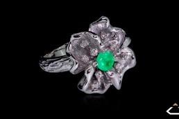 anillo oro blanco esmeralda diamantes flor