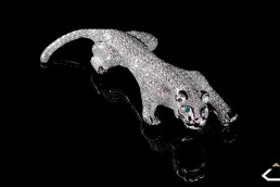 broche pantera diamantes oro blanco esmeralda